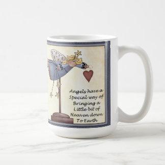 Los ángeles tienen una obra clásica de la manera taza de café