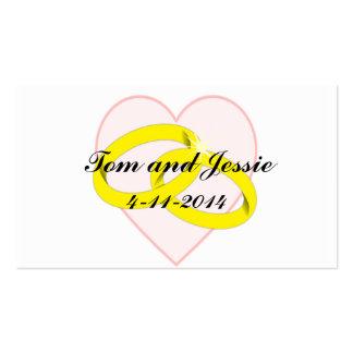 Los anillos de bodas y el corazón entrelazados le tarjetas de visita
