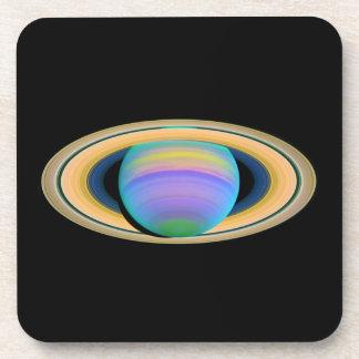 Los anillos de Saturn del planeta en la luz ultrav Posavasos De Bebida