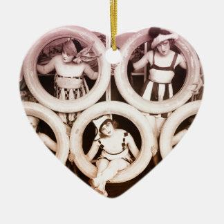 Los años 20 de los chicas del pedernal adorno navideño de cerámica en forma de corazón