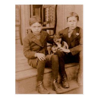 los años 20 dos muchachos un perro tarjeta postal