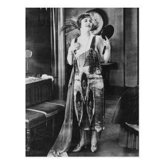 Los años 20 hermosos del vestido de la aleta de la tarjeta postal