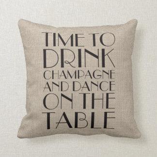 los años 20 miden el tiempo para beber la almohada