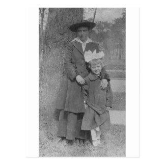 los años 20 miman e hija por el árbol tarjeta postal