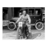 los años 20 que compiten con la motocicleta postal
