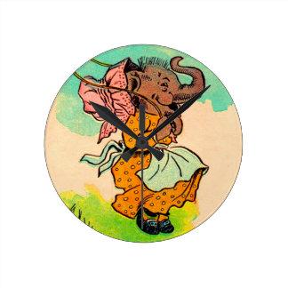 los años 30 vistieron el elefante que jugaba la reloj redondo mediano