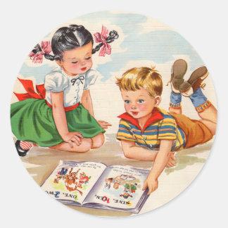 los años 40 chica y muchacho y libro ilustrado pegatina redonda