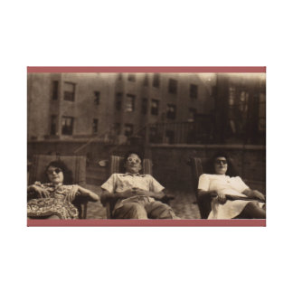 los años 40 tres personas que se relajan en el lona envuelta para galerías