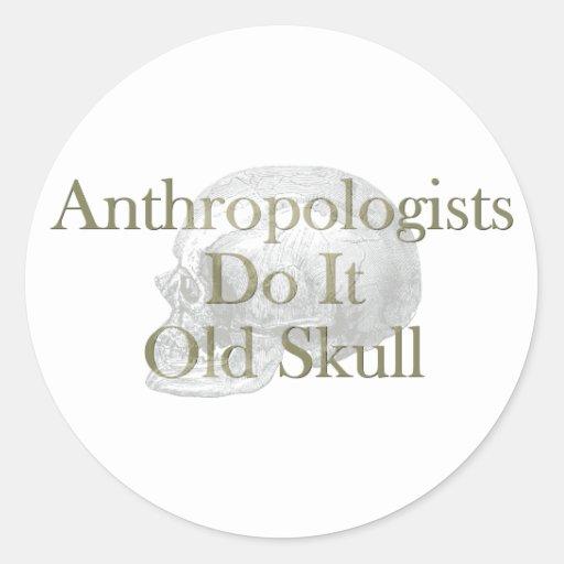 Los antropólogos lo hacen cráneo viejo pegatina redonda