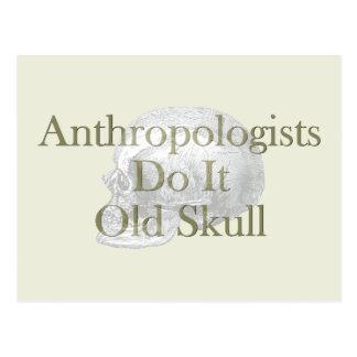 Los antropólogos lo hacen cráneo viejo tarjeta postal
