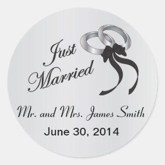 Los apenas   casados personalizan pegatina redonda
