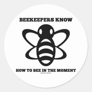 Los apicultores saben a la abeja en el momento (la pegatina redonda