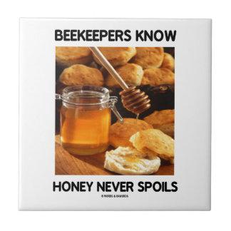 Los apicultores saben que la miel nunca estropea azulejo cuadrado pequeño