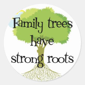 Los árboles de familia tienen raíces fuertes pegatina redonda