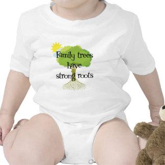 Los árboles de familia tienen raíces fuertes camiseta