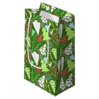 Los árboles de navidad al azar modelaron verde bolsa de regalo pequeña