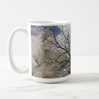 Los árboles desnudos y se nublaron diseño de la taza clásica