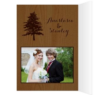 Los árboles en el boda de madera del arbolado le felicitación