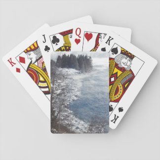 Los árboles escarchados del invierno en la orilla baraja de póquer