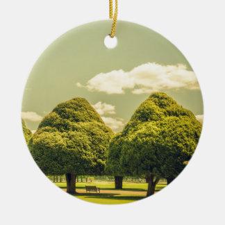 Los árboles esculpidos del jardín del palacio del adorno navideño redondo de cerámica
