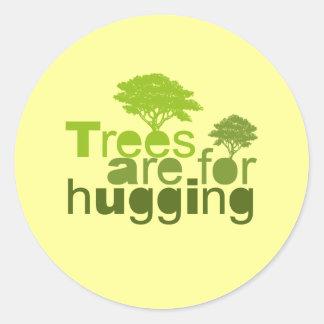 Los árboles están para abrazar la camiseta/la etiqueta redonda