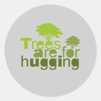 Los árboles están para abrazar la camiseta/la etiquetas redondas