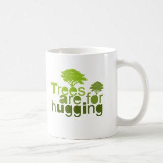 Los árboles están para abrazar la camiseta/la taza clásica