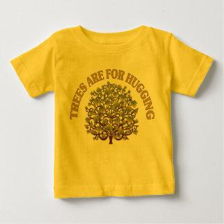 Los árboles están para abrazar playera de bebé