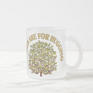 Los árboles están para abrazar taza de café esmerilada