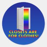 Los armarios están para la ropa etiqueta redonda