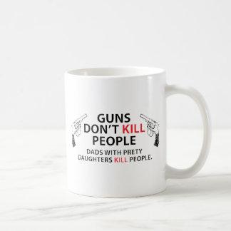 Los armas no matan a gente. Papás con las hijas Taza