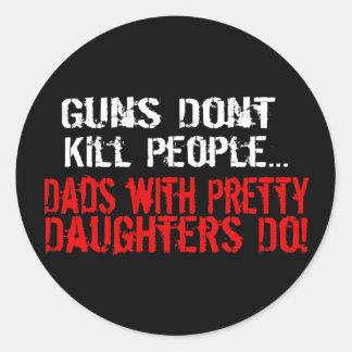 Los armas no matan a la gente, papá divertido/hija etiquetas redondas