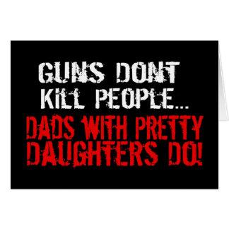 Los armas no matan a la gente, papá divertido/hija felicitaciones