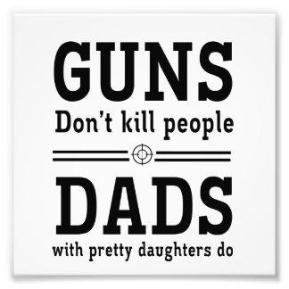 Los armas no matan a la gente, papás con la hija b cojinete