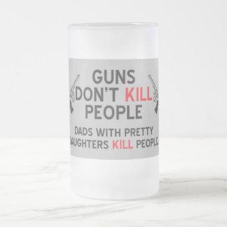 los armas no matan a papás de la gente con las jarra de cerveza esmerilada