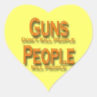 Los armas no matan al naranja de la gente de la pegatina en forma de corazón