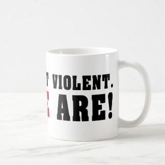 Los armas no son violentos. ¡La gente es! Taza
