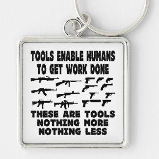 Los armas son herramientas nada más nada menos llavero cuadrado plateado