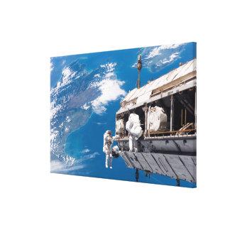 Los astronautas participan en el activi lienzo envuelto para galerías