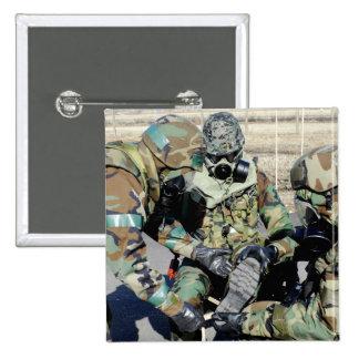 Los aviadores ayudan a un soldado del ejército de pin cuadrado