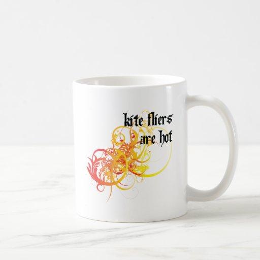 Los aviadores de la cometa son calientes taza de café
