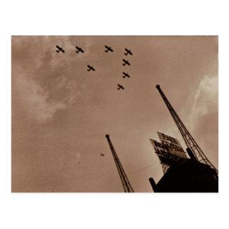 Los aviones de la marina de guerra vuelan sobre el tarjeta postal