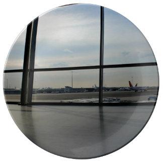 Los aviones por dentro del aeropuerto plato de cerámica