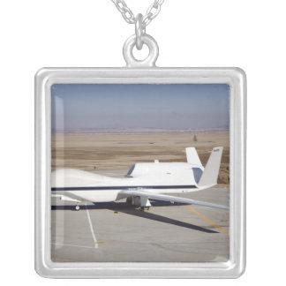 Los aviones sin tripulación del halcón global colgante cuadrado