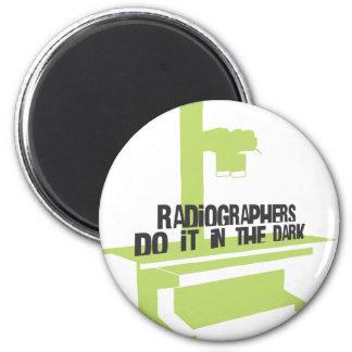 Los ayudantes radiólogos lo hacen en el oscuro (el imán redondo 5 cm
