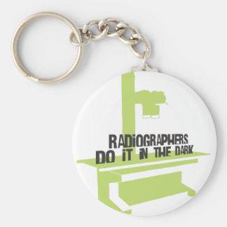 Los ayudantes radiólogos lo hacen en el oscuro (el llavero redondo tipo pin