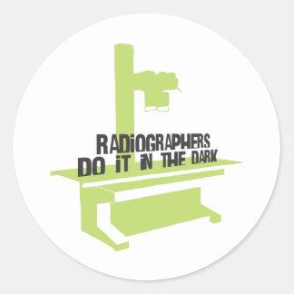 Los ayudantes radiólogos lo hacen en el oscuro (el pegatina redonda