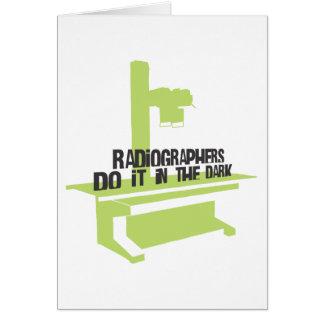 Los ayudantes radiólogos lo hacen en el oscuro (el tarjeton