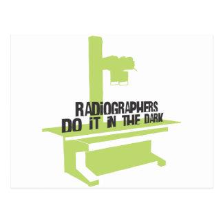 Los ayudantes radiólogos lo hacen en el oscuro (el postal