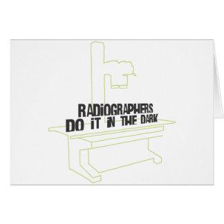 Los ayudantes radiólogos lo hacen en el oscuro (la tarjeta